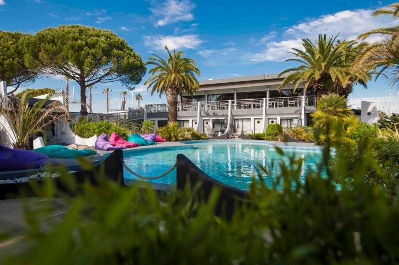 le-grau-du-roi-hotel-le-spinaker-piscine-jardin-1699