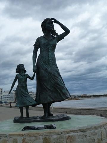 statue-mere-et-fille-le-grau-du-roi-1069